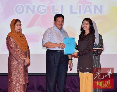 东姑安南颁发奖状予优秀生。左是诺艾妮。