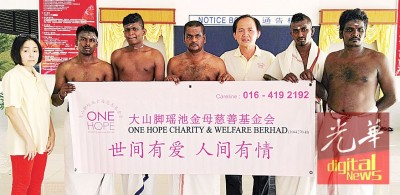 拉仁丹的家属感谢大山脚瑶池金母慈善基金会的协助,与施棺组主任何永发(右3)及李慧冰(左1)合影。