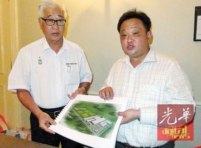 彭文宝(左)在许李朝平陪同下展示国云集团将在浮罗布隆设立的生态工业园区概念图。