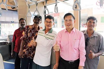 廖泰义州议员亲身体验快捷通巴士。
