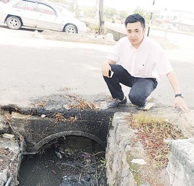 方美铼:槟屿园排水系统恶劣,堆积的淤泥阻挡了排水口。