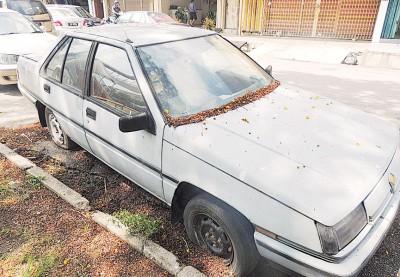 遭人丢弃的破旧轿车。