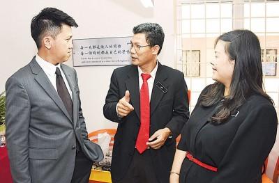 张盛闻(左)在会议后,继续聆听与会者的意见。