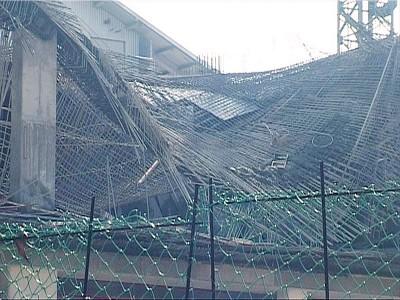 5楼工地相信因为支架结构有题目,同水泥未干,致使坍塌。