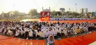 逾300名穆斯林在查希尔清真寺,集体祈祷求雨。