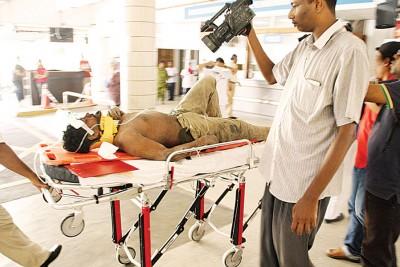 吃侵蚀的孟加拉籍员工为转往槟城中央医院接受治疗。