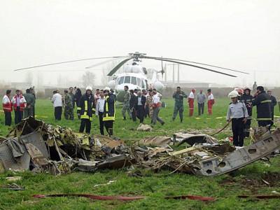 救援人员在坠机现场进行善后。