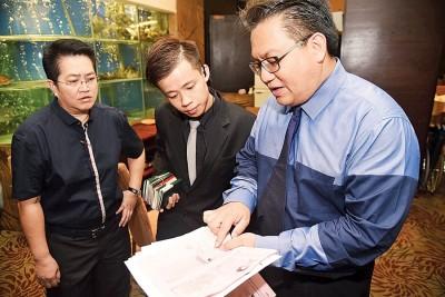 诺嘉兹兰(右)于餐厅业者了解店内外劳的劳作按照证。