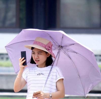 连天的高温让人爱中暑,除去了大半上水分,啊如抓好防晒工作,以减少户外活动。