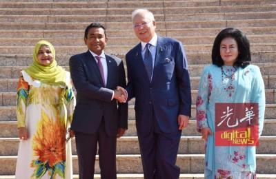 纳吉与夫人罗斯玛周二在首相署迎接到访的马尔代夫总统亚明与夫人法蒂玛。