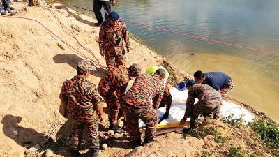 消拯员寻获尸体。