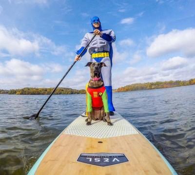 守哈斯以及卡鲁阿盛装一番,滑板上划水。