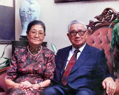 唐文治和妻子王惠娟鹣鲽情深,子女在夫妻灵堂上摆放合照留念。