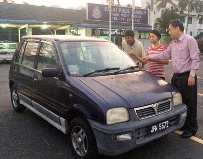 王淑芳(右2)在廖泰义(右1)及助理默甘(左)的陪同下,到怡保警局认车。