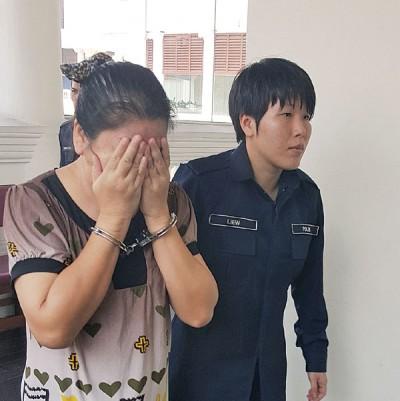 泰籍被告柏薇纳闻讯后掩盖脸部步出法庭。