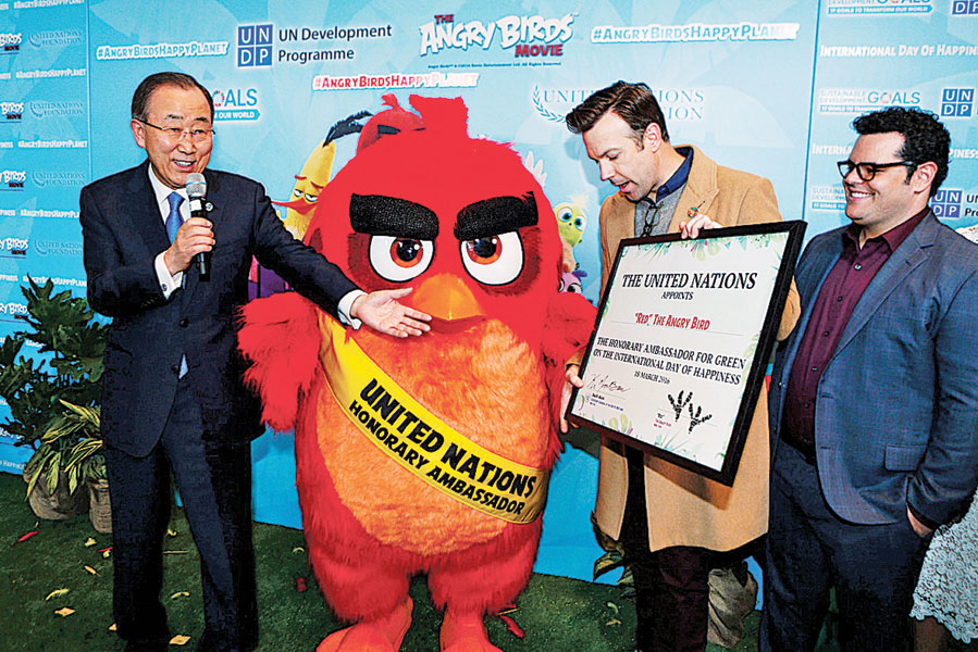 """联合国秘书长潘基文(左)任命红色的""""愤怒鸟""""为绿色荣誉大使。(法新社照片)"""