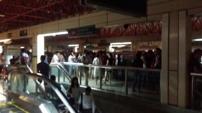 丰盛廊东地铁站周一晚停电,场面煞糊涂。