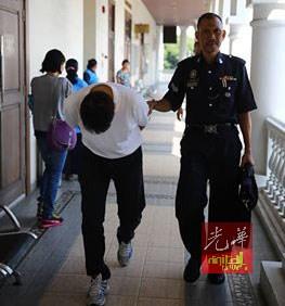 被告黄祥金(译音)于押出法庭时,直接低头避开媒体镜头。