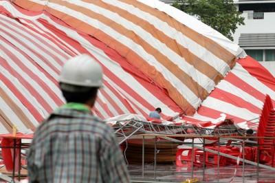 承包商接到通知后,派人来拆除帐篷。