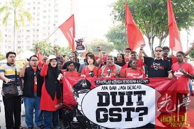 阿魯仄万(前排左6)与反消费税联盟成员到吉隆坡联邦直辖区关税局总部外抗议并呈交备忘录。