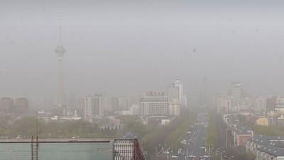 北京高层建筑物在沙尘中若隐若现。