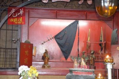 庙里暂以黑色令旗取代城隍爷、马爷、牛爷、大伯爷及判官,让善信膜拜。