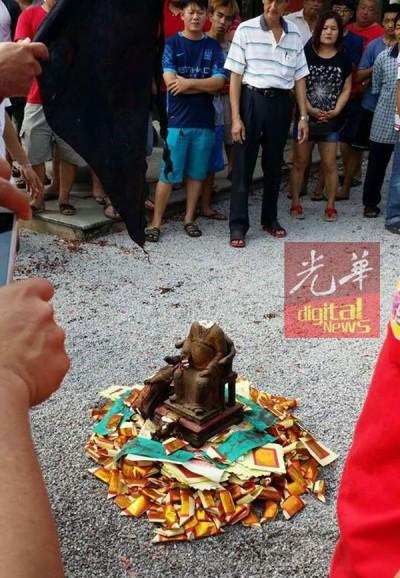 遭破坏的城隍爷金身已焚化送走。