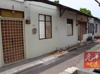 虽然八条路的搬迁拆屋行动在即,不过嫌犯仍居住他原本的屋子;屋子的大门已上锁,里面没人,不过屋顶已经拆除。