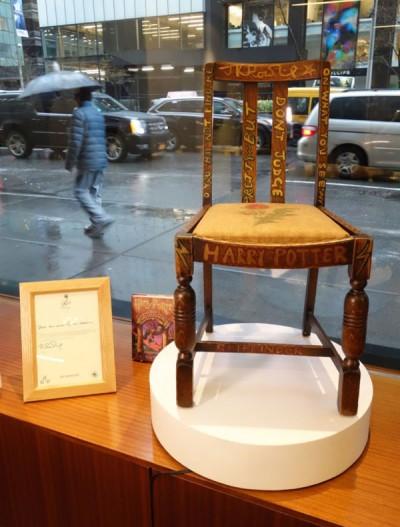 罗林写小说时所坐的椅子再以高价拍卖出,另也附随一封罗林信函。 (法新社照片)