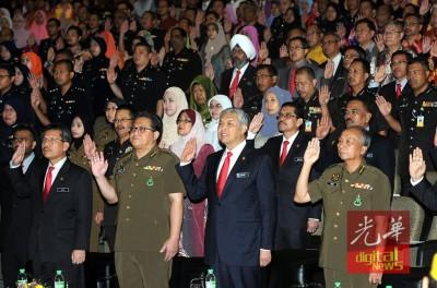 阿末扎希(右2)同可内增长拿督诺嘉兹兰(左2)以及马希尔于内政部常月集会上共宣读誓言。