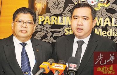 陆兆福(右起)以及佐哈里阿都当代表,他俩以以明早呈交备忘录予卡立阿布峇卡。