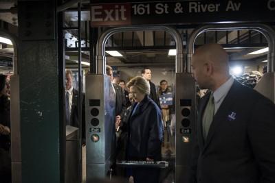 希拉莉赴乘搭地铁,打算展示亲民一面。