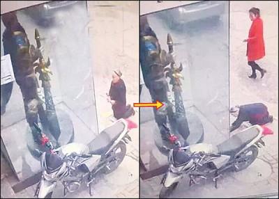 """""""拜错神""""的老妇将游戏人物雕像误认为关公,即场跪下参拜。"""
