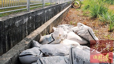 约30包相信是有机农业肥料被弃于诗布朗再也西蒂艾莎住宅区旁空地。