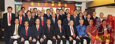 团队与贵宾合照,左起黄春成、何秋明、吴文君、李振兴、黄荣盛、郑奕南、秦祥发、梅焕南、张子翼。