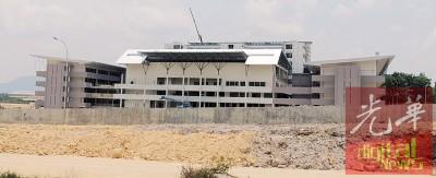 威南日新国民型中学校舍已进入粉刷阶段。