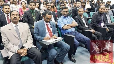 卡马拉纳登(左3)出席亚洲医药大学活动。