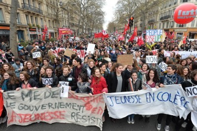 巴黎高中生及大学生亦加入示威行列。(法新社照片)