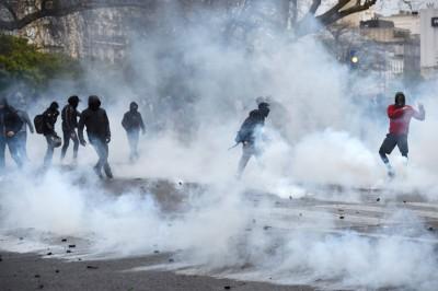警方发射催泪弹驱散示威群众。(法新社照片)