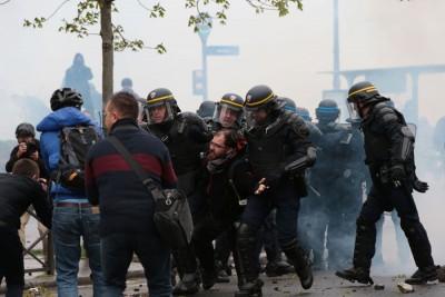 巴黎警方逮捕多名示威者。(法新社照片)