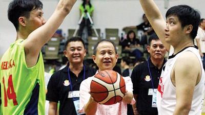 大马综合工业(MWE)董事经理陈锦同(被)啊工商杯开球。