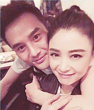 蒋欣po出与王凯的亲密合照。