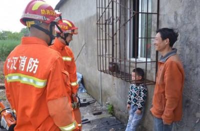 武汉市一样名姜姓男童因贪玩,头被轧在防盗窗,消防到场拯救。