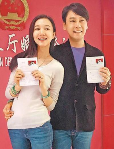 朱孝天和韩雯雯在沈阳注册结婚,小俩口笑得灿烂。