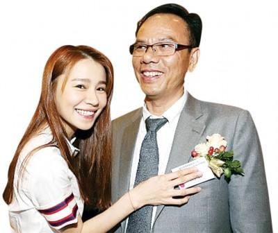 黄翠如的父亲从卖鱼小贩做到上市公司大股东。