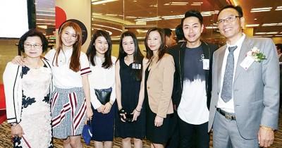 """黄翠如(左二)与家人及男友萧正楠(右二)现身港交所,支持父亲(右一)主理的公司挂牌上市,开始爆出其显赫家底,成为现实中的""""灰姑娘""""。"""