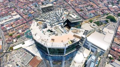 这是光大顶楼的形状。顶楼上方为钢铁结构组成作为空中酒吧,让你享受高空的气氛,左边特别显眼的一环,就是全东南亚首个的高空走道。