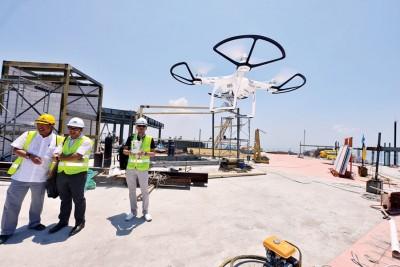 《光华日报》启用无人机拍摄光大,拍出读者从未看过的光大角度。