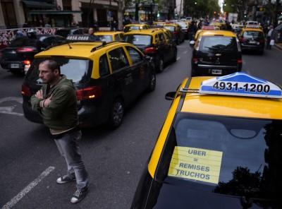 阿根廷的士司机堵塞要道,抗议Uber。(法新社照片)