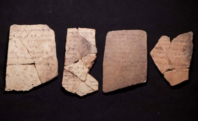 碎片上的吗希伯来文字。
